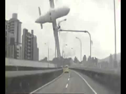 لحظة سقوط الطائرة التايوانية