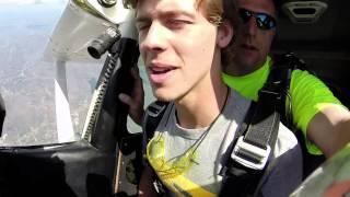 Nekat terjun dari ketinggian 10.000 kaki untuk mengajak pacarnya ke prom