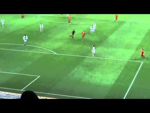 Pha chuyền bóng bằng mông của Wesley Sneijder