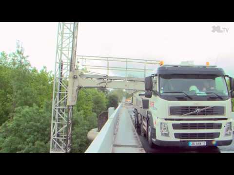 Des écoliers landais découvrent les travaux de réparation du pont de Marquèze