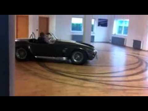 Shelby Cobra qui fait des donuts à l'intérieur