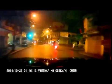 Cảnh sát cơ động truy đuổi hai tên cướp như phim hành động