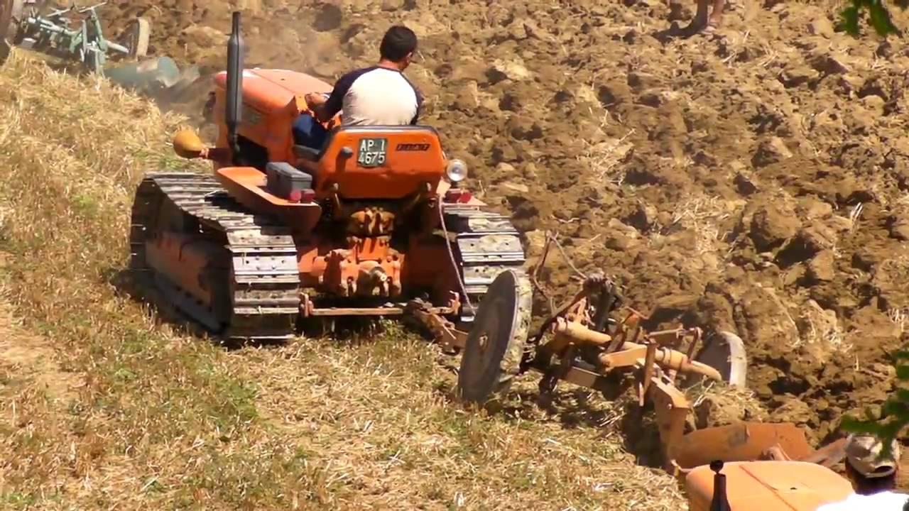 spettacolare aratura di gruppo con trattori cingolati fiat