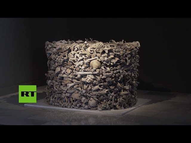 Escultura hecha completamente de huesos humanos