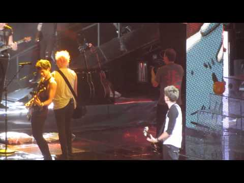One Direction and 5 Seconds of Summer -Teenage Dirtbag (+Pie prank)