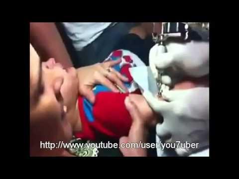 Mãe irresponsável faz tatuagem em criança de 3 anos. Uma loucura!!