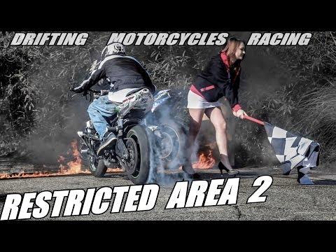 Image video Duel de drifts en moto dans une zone abandonnée