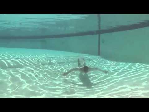 Stylový záběr z bazénu, co se poněkud zvrtne! :D