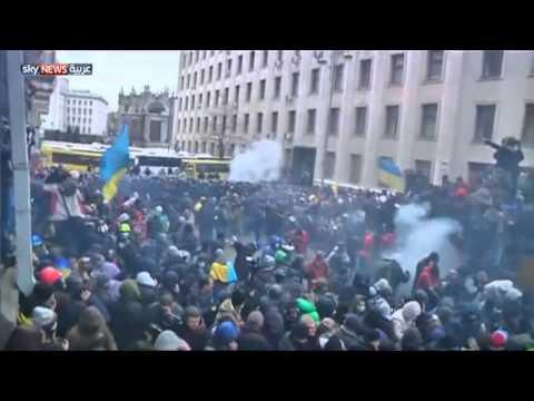 image vidéo احتجاجا على قرار الحكومة : محتجون يقتحمون مبنى مجلس مدينة