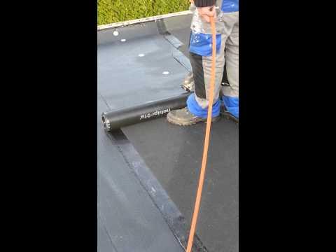 Het branden van bitumen op een dak