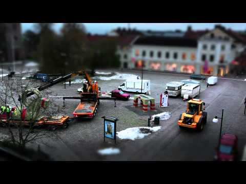 Paroc - Den obrannbara julbocken pa plats igen pa Hertig Johans torg i Skovde