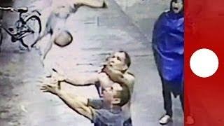 Man redt uit raam vallende baby