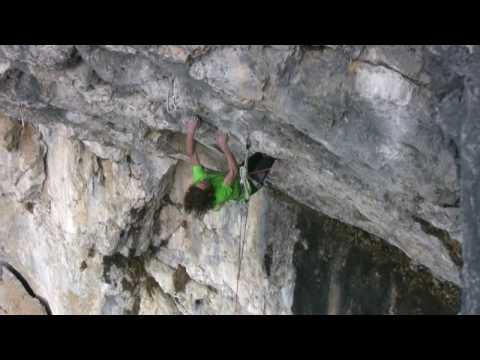 Adam Ondra escalando