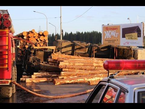Камаз с бревнами завалился на бок на пересечении Лесного проспекта и Суоярвского шоссе