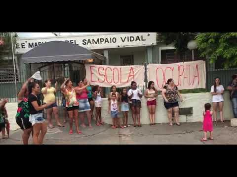 Pais e alunos fazem manifestação contra fechamento de escola estadual