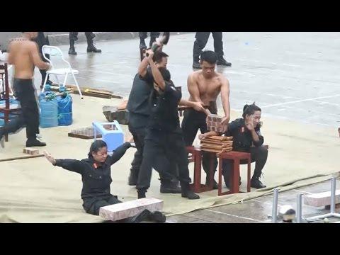 Nữ cảnh sát cơ động 'mình đồng da sắt' trình diễn trong mưa