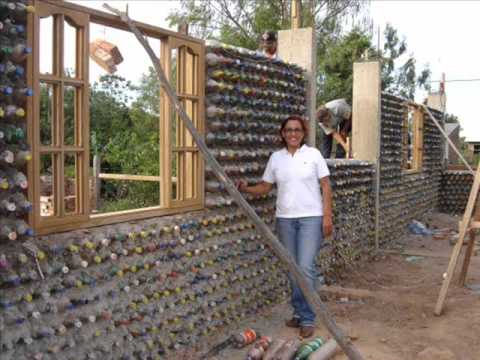 Casa construída com garrafas PET - House built with bottles.