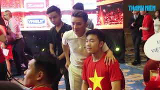 Đàm Vĩnh Hưng bỏ show, bỏ ăn để xin chữ ký U23 Việt Nam