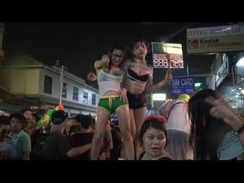 Sock với các hotgirl khoe ngực ở Lễ hội Dân vũ té nước