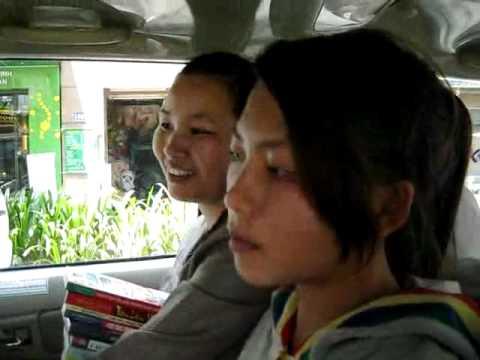 Tìm hiểu đời sống của hai cô gái bán sách trên hè phố Sài Gòn