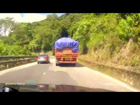 Ôtô vượt xe container nguy hiểm trên đèo Bảo Lộc ngày 2/9/2014