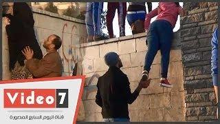 Hao123-بالفيديو.. شباب يرفعون بنات وسيدات فوق سور جامعة الأزهر لمشاهدة المظاهرات