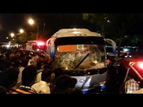 Little India Riots, Singapore - Mob attacks bus