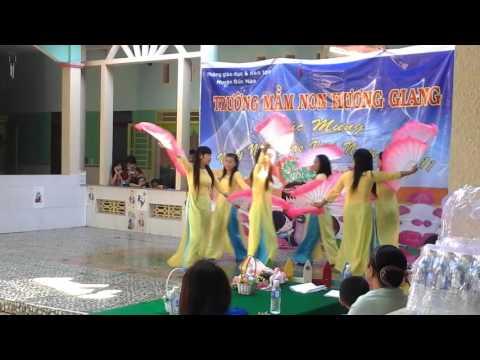 Cô giáo múa quạt bài Hồn Quê ( Hiền Thục)