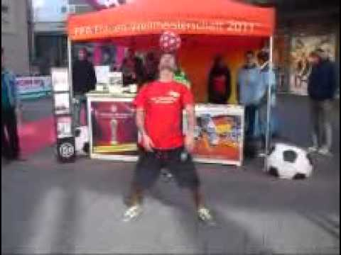 Mesut Özil , Lionel Messi , C.Ronaldo , David Villa-- Football Freestyler - Mehmetcan.flv