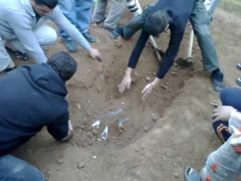 فتح قبر شهيدين في درعا ورائحة المسك تفوح من القبر