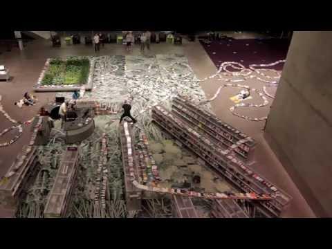 Hiệu ứng Domino đẹp mắt từ hơn 2 000 quyển sách