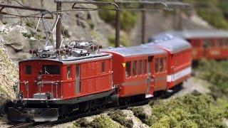 Traumhafte Modellbahn der Furka Oberalp Eisenbahn als Modelleisenbahn mit Bahnhof Gletsch in Spur H0m