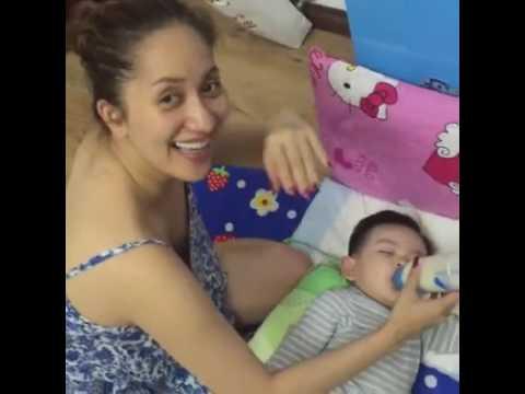 Kubi vừa ngủ vừa bú sữa bình -  Con trai Khánh Thi Phan Hiển