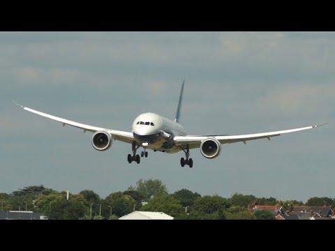 Boeing 787-9 Dreamliner flying Display at Farnborough Airshow 2014