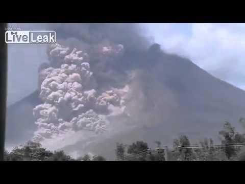 Volcano Sinabung erupts in North Sumatra. 02.01.2014 Crazy Footage!