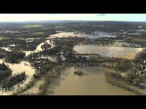 Stunning aerial views of flood devastation along Thames Valley - BBC News