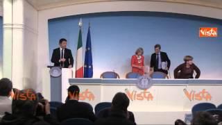 RENZI ARRIVA IN CONF STAMPA DOPO CDM FACCIO LA PARTE DEL PRESENTATORE 03-03-15