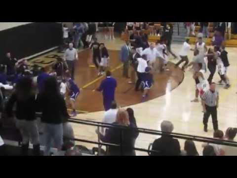 美國高中籃球賽中出現超過份犯規,結果引發騷亂並要警察清場