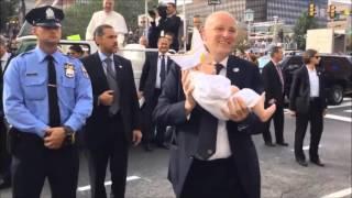 El Papa Francisco ante un niño vestido como él