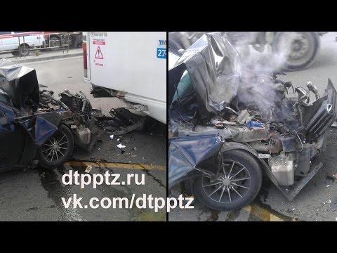 На улице Чапаева легковой автомобиль протаранил маршрутный автобус. Пострадал пассажир автобуса