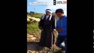 Đắng lòng thanh niên đang trả lời phỏng vấn bị cừu tấn công :O