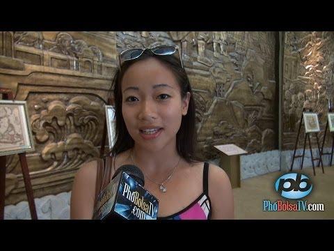 Thanh niên Việt Kiều xem triển lãm Hoàng Sa tại Bảo Tàng Đà Nẵng
