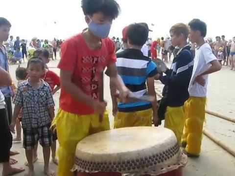 Bieu diễn đánh trống múa lân trên bãi biển VT ngày 5 Tet Quy Ty