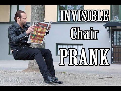 Дечко си седнува на невидлив стол крај тротоарот и си чита весник