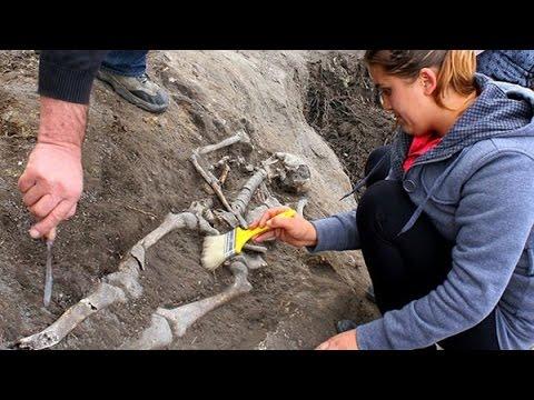 Phát hiện cổ mộ 'ma cà rồng' bị đóng cọc ở ngực