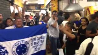 Torcedores fazem 'guerra de cantos' no Mercado Central