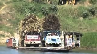 Camiones caen al agua