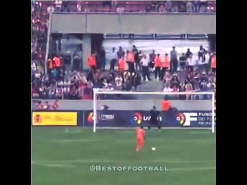 Iker Casillas bắt gọn pha sút penalty của cầu thủ Valencia