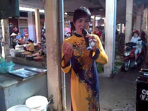 bê đê mặc áo dài hát rong và nhảy múa tại chợ Hạ Long