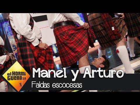 Arturo y Manel bajo las faldas de los escoceses en El Hormiguero 3.0
